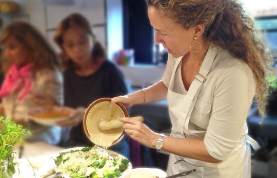 Pilar Benítez prepara la ensalada de escaldados con salsa de miso