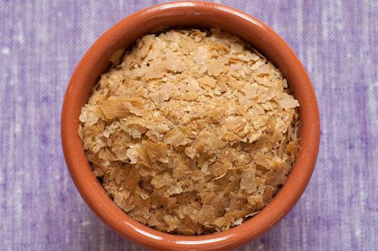Levadura nutricional: propiedades, beneficios y uso en la cocina