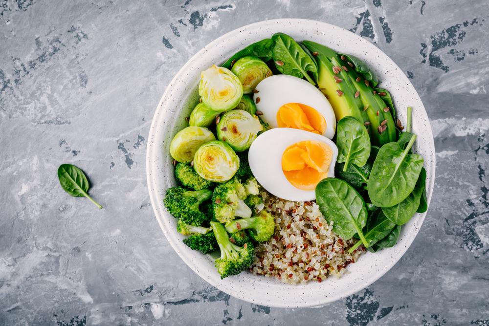 Quinoa con huevo, espinacas, puerro y brócoli