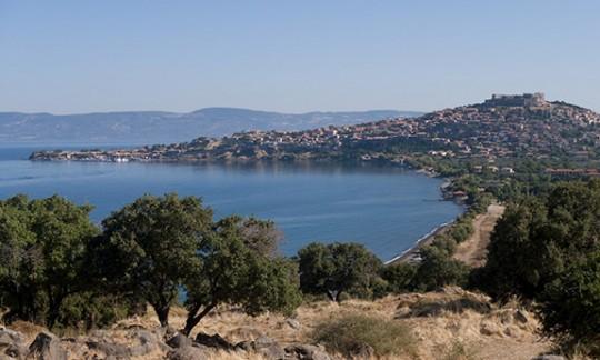 Paisaje del mediterráneo. Pueblo en colina al lado del mar