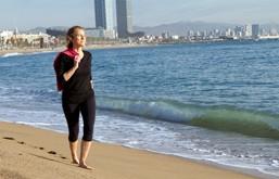 Pilar descalza en la playa