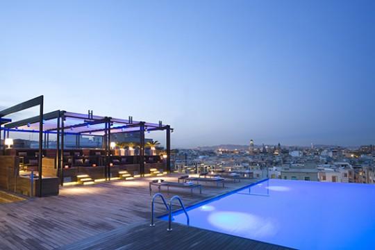 Piscina del Grand hotel central con vistas de Barcelona